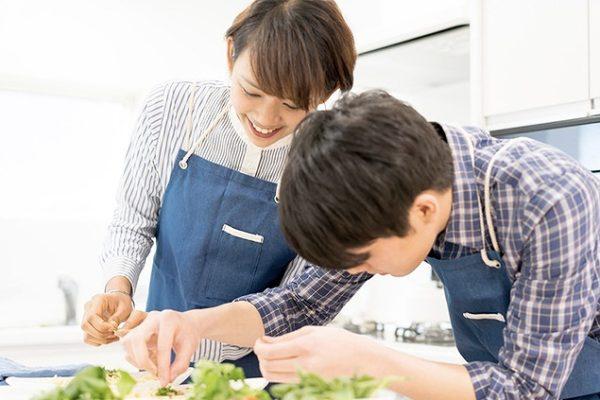 男女で一緒に料理をする