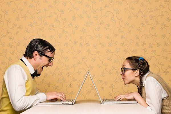 パソコンで会話する男女