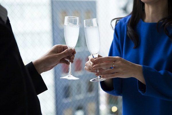 男女が乾杯するシャンパングラス