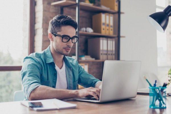 パソコンで検索する男性