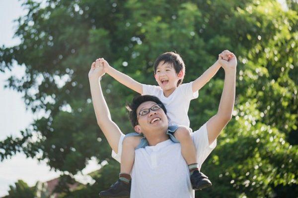 息子と遊ぶ父親