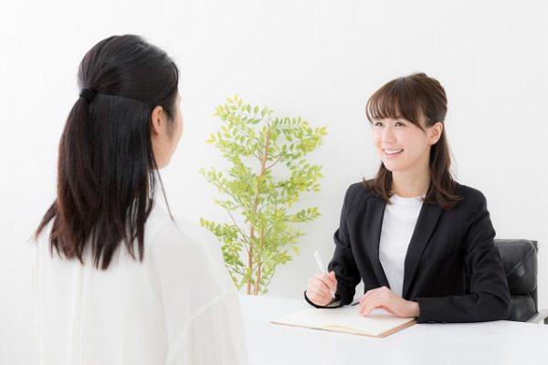 カウンセリングする女性アドバイザー