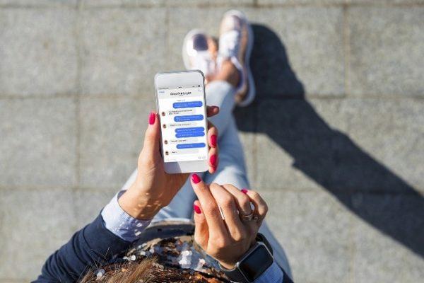 メッセージを送る女性のスマホ画面