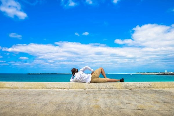 海辺で寝そべって幸せな自由を満喫
