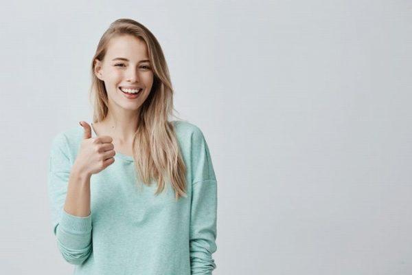 笑顔で親指を立てる女性