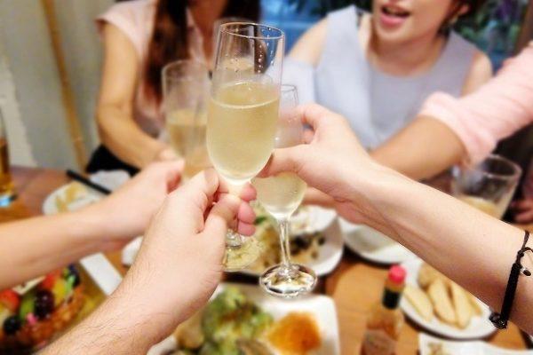 飲み会で乾杯する