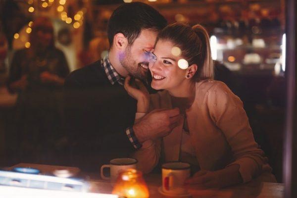 レストランで触れ合うカップル