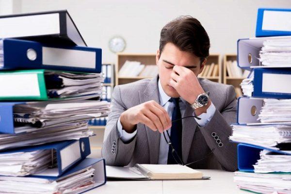 仕事に追われて疲れている男性