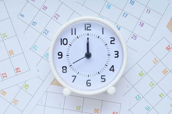 カレンダーの上の時計