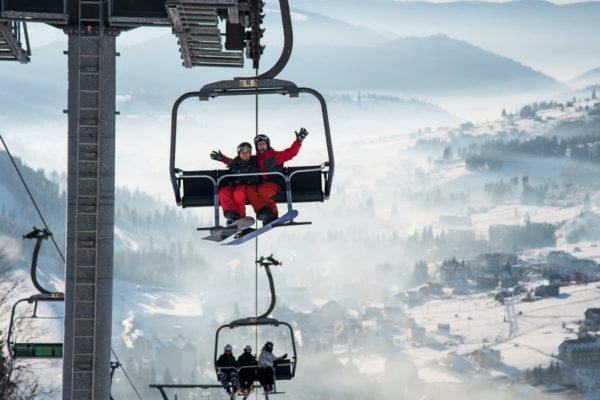 スキー場のリフトに乗る2人