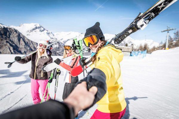スキーを女性たちに誘われる