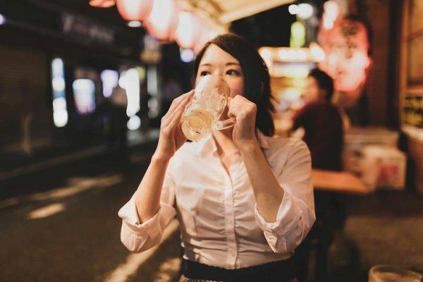 居酒屋で一人ジョッキで飲む女性