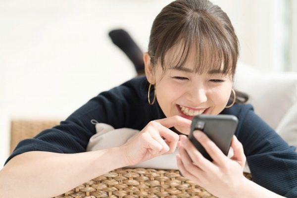 スマホを見て笑う女性