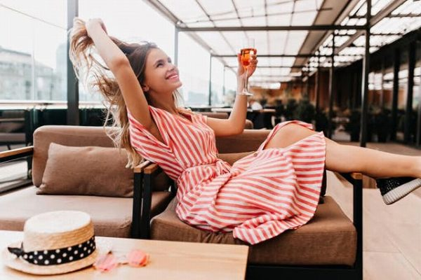 ソファの上でテンション高く自由な女性