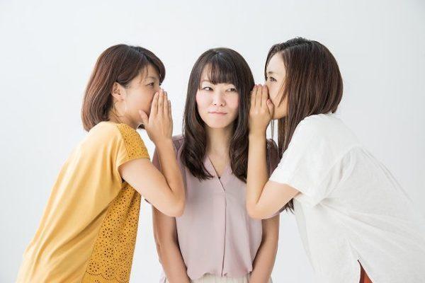 噂話をする女性集団