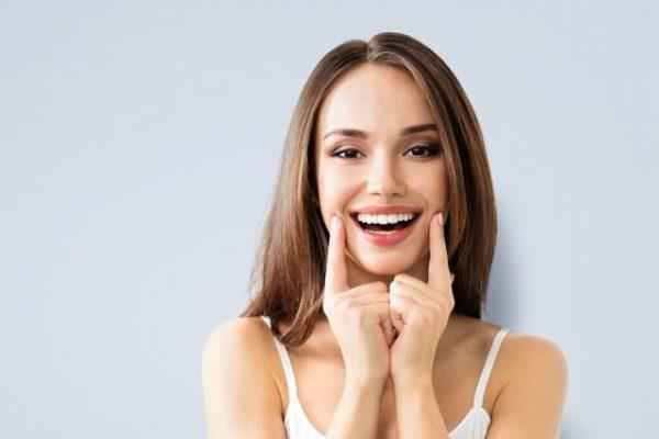 笑顔の練習をする女性