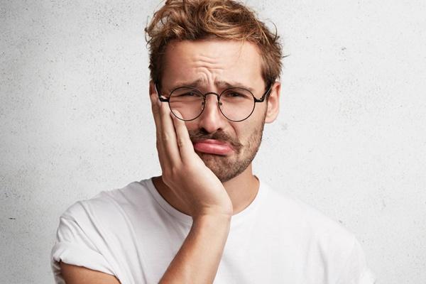 悲しい表情の男性