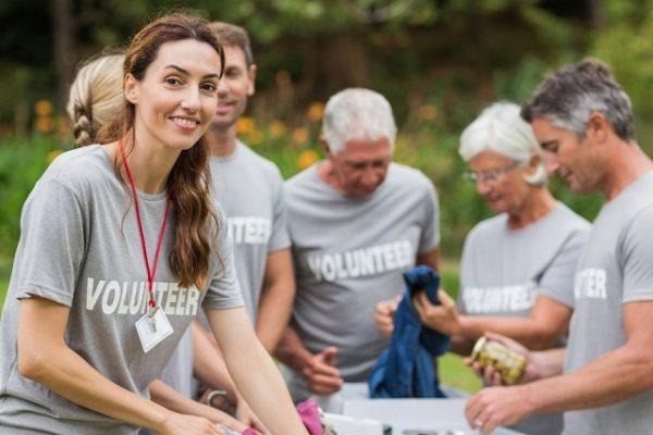 ボランティアの団体にいる女性